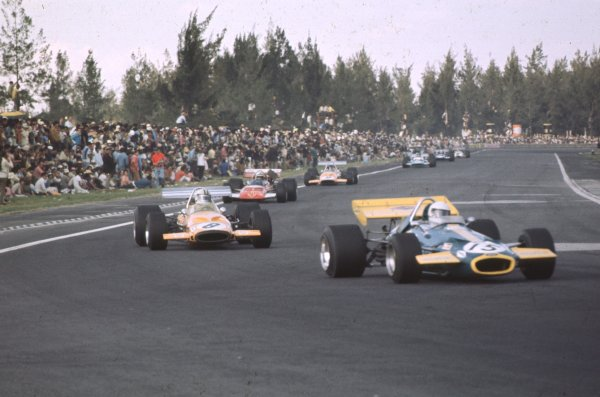 1970 Mexican Grand Prix.Mexico City, Mexico.23-25 October 1970.Jack Brabham (Brabham BT33 Ford) leads Denny Hulme (McLaren M14A Ford). Hulme finished in 3rd position.Ref: 70 MEX 59.World Copyright - LAT Photographic