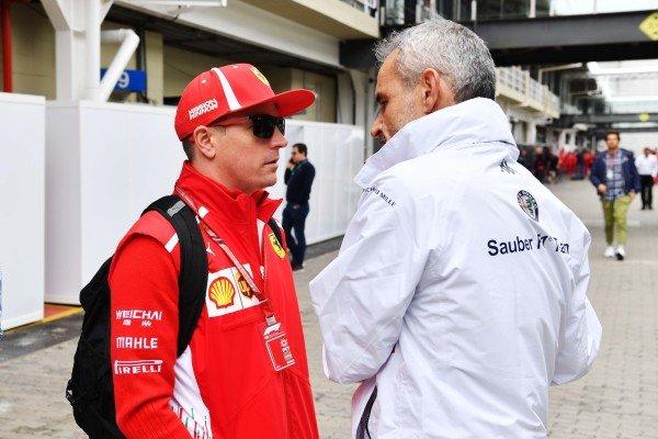 (L až R): Kimi Raikkonen, Ferrari a Beat Zehnder, manažér Alfa Romeo Sauber F1